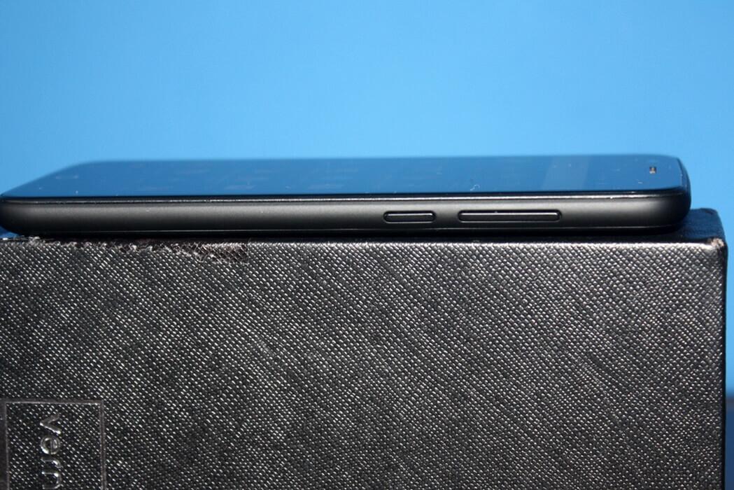 Parte lateral do celular Vernee Thor onde mostra os botões físicos de volume